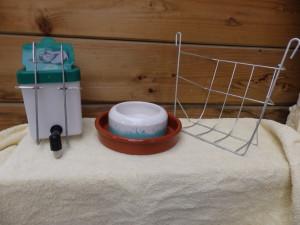 drinkbak met ophangbeugel(zeer goed uitwasbaar) voerbak(grote voor een koppel,kleine voor 1 konijn) en een zeer stevig hooiruifje.samen voor 10 euro.deze spullen zijn ook afzonderlijk te koop.